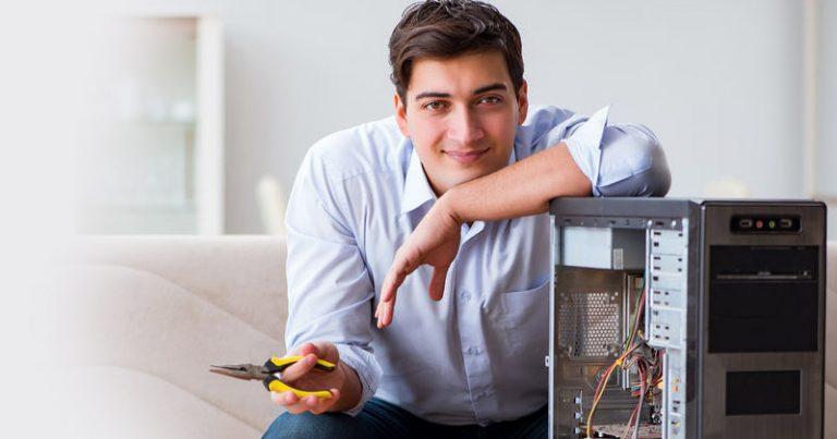 Bild eines Mannes, der einen PC zusammenstellt.